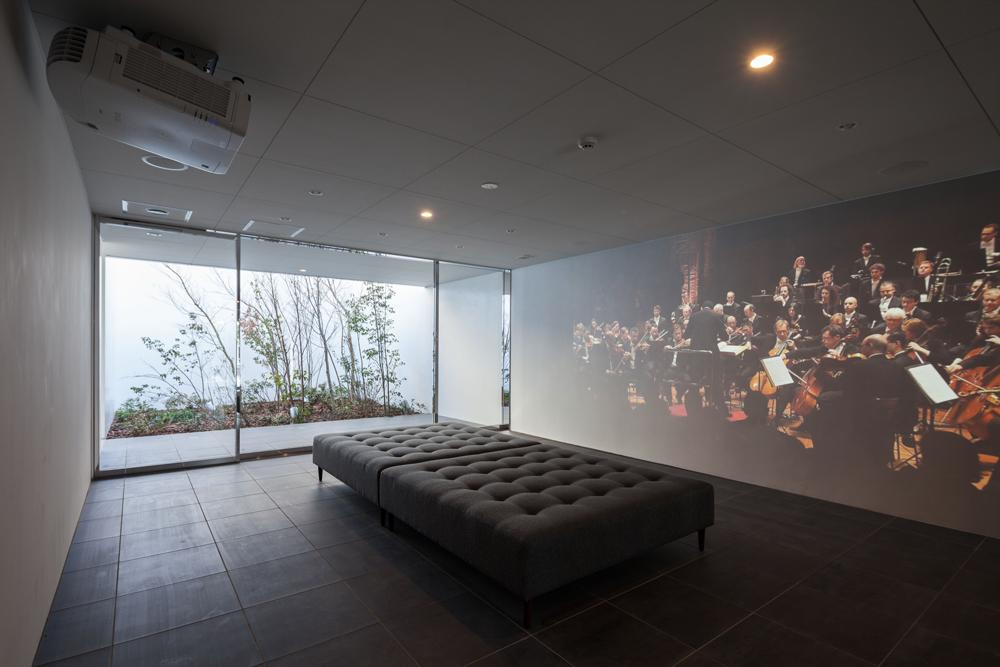 エントランスホールではレーザープロジェクターによる大迫力の180インチ大画面シアターにて音楽番組を放送
